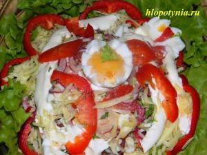салат из помидоров с яйцом и сыром