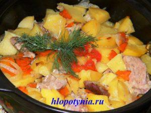 Картофель тушенный со свининой в духовке